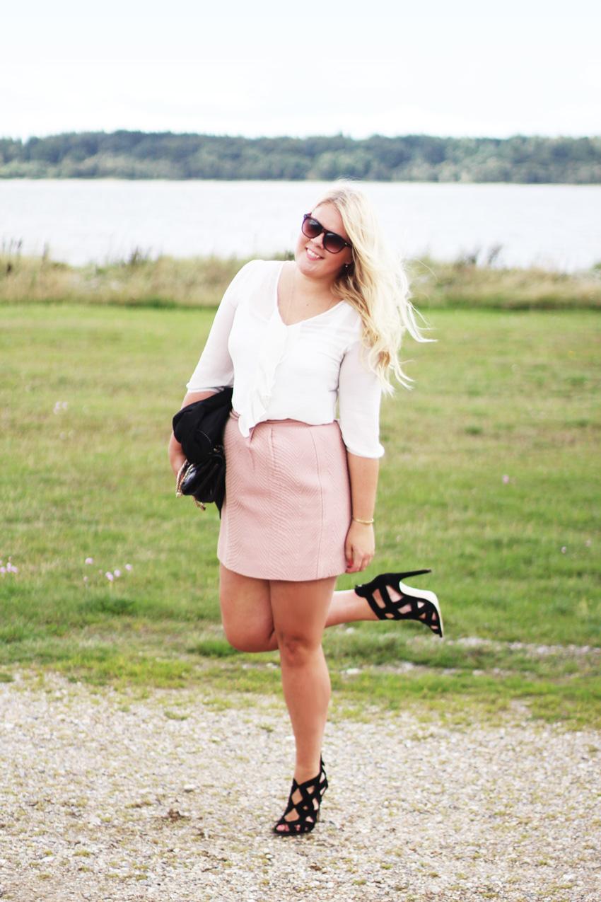 OUTFIT <i>til bryllup i nude nederdel fra H&M Trend</i>