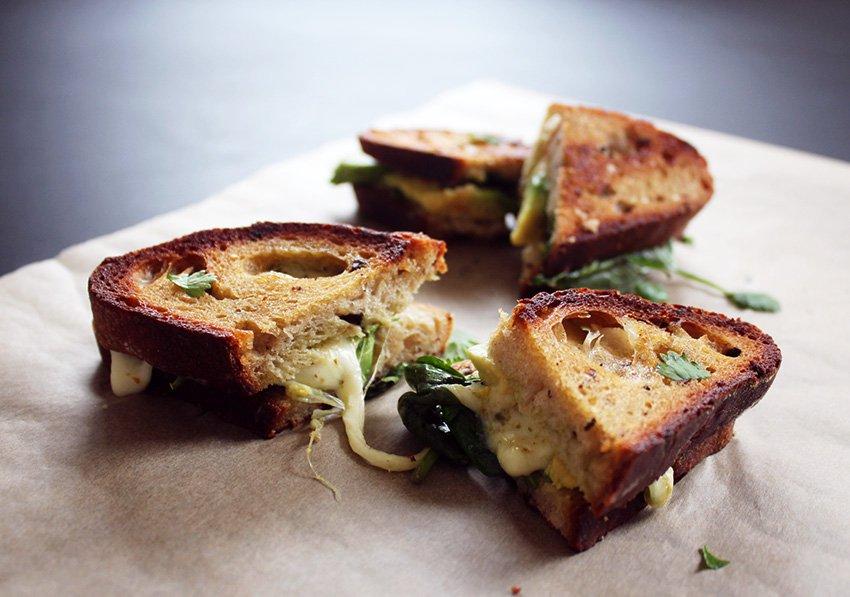 SØNDAGSFROKOST<br>- grilled cheese med spinat, avocado og pesto..