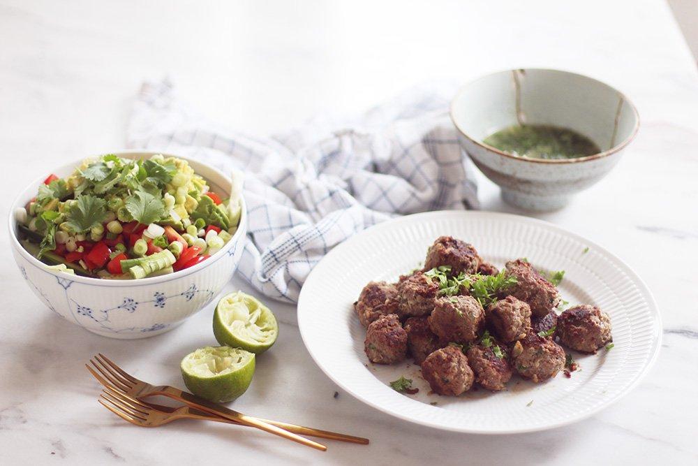 HVERDAGSMAD - asiatiske kødboller og kålsalat..